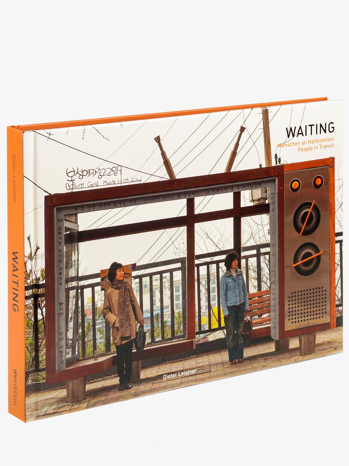 Waiting – Menschen an Haltestellen. People in Transit.