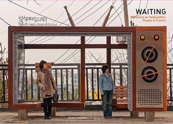 Waiting – Menschen an Haltestellen. People in Transit